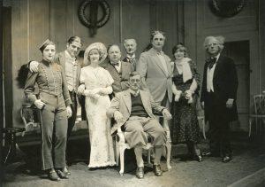 Das Ensemble des Hoftheaters mit Rudolf Hartung bei einer Aufführung