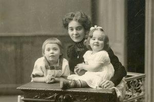 Grete mit den beiden Kindern Heinz und Ilse