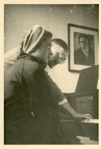 Rudolf Hartung mit einer Schülerin am Flügel