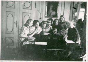 Rudolf Hartung, umringt von Schülerinnen der Staatsmusikschule