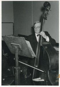 Rudolf Hartung am Kontrabass